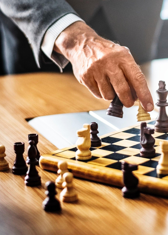 schach spieler plant zug